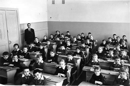 Classrooms of the past century(Credit: Google images)